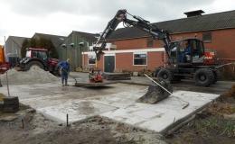 Met mobiele kraan betonplaten leggen met zuignap