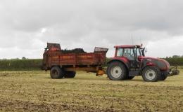 Vaste mest en compost uitrijden met breedstrooiers