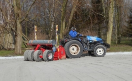 Smalspoorkilver met dubbelafschotlaser voor paardrijbak  , grond-, straatwerk en korrelbaan